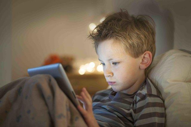 بازی با موبایل قبل از خواب برای کودکان چه عوارضی دارد؟