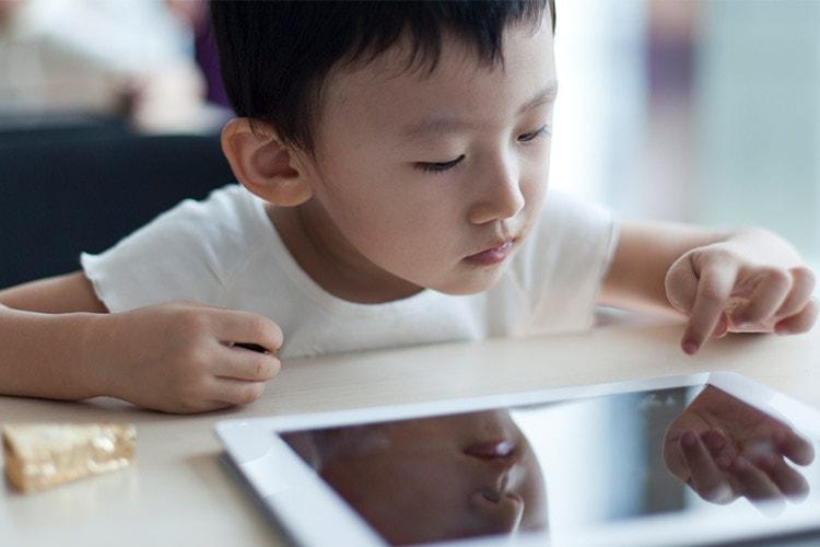 آیا نگاه طولانی به نمایشگر موجب آسیب به چشم کودکان میشود