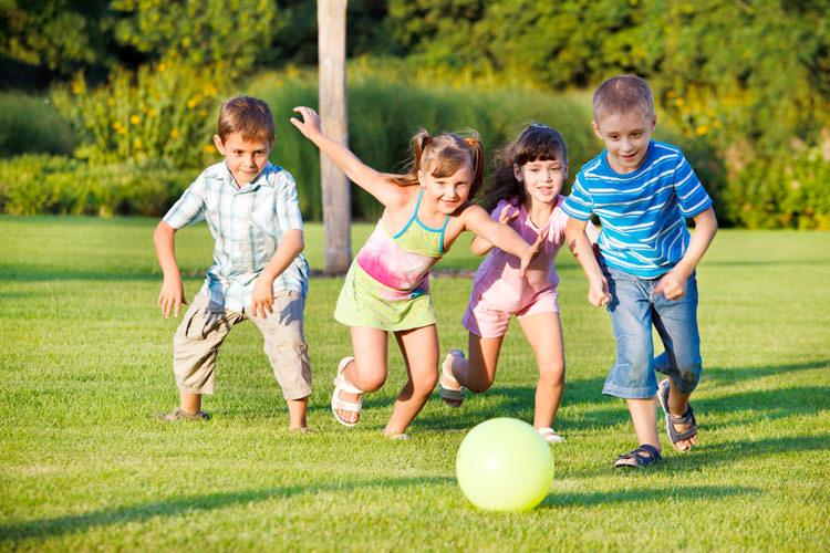 برای داشتن کودکانی با چشمانی سالم، به آنها اجازه دهید بیرون از منزل بازی کنند