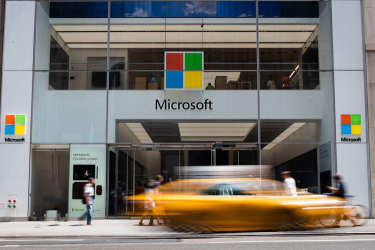 مایکروسافت اسپیکرهای آمازون اکو را در فروشگاه خود به فروش میرساند