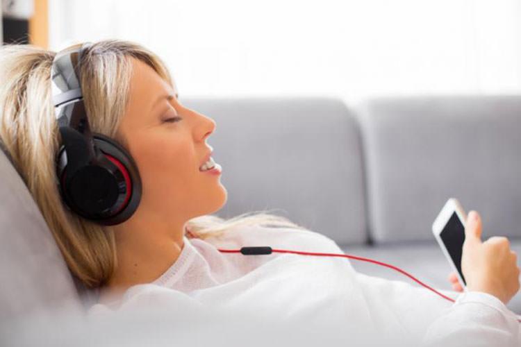 افراد افسرده پس از شنیدن موسیقی غمگین، حس بهتری پیدا میکنند