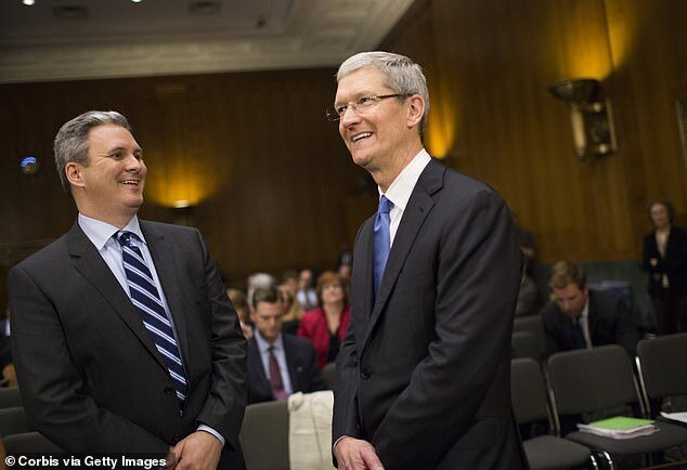 رئیس ارتباطات اپل رفتنی شد
